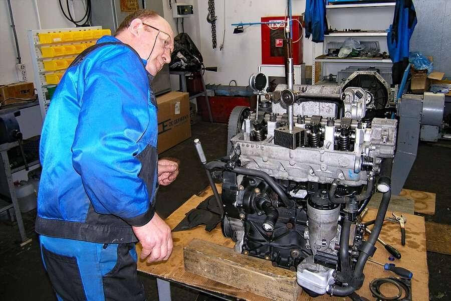 Un operatore mentre ispezione un motore